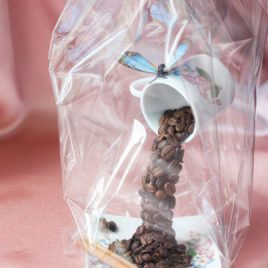Парящая кружка из кофе с голубой бабочкой