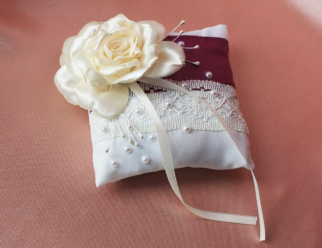 Свадебная подушка под обручальные кольца