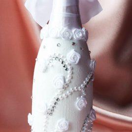Свадебный наряд для бутылки «Белые бусы»
