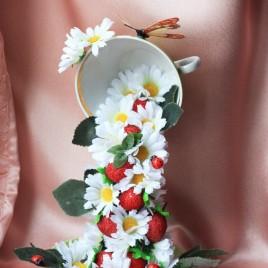 Парящая чашка с цветами и ягодами