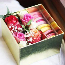 Коробка с живыми цветами и макарони 15*15 см