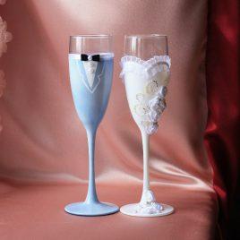 Свадебные бокалы Невеста и жених в голубом костюме