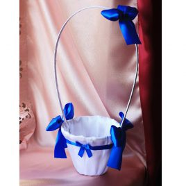 Белая корзинка с синими бантиками для лепестков