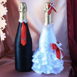 Свадебный наряд для бутылок с красным бантиком