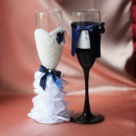 Свадебные бокалы Жених и невеста в пышном белом платье с синим