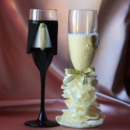 Свадебные бокалы Жених и невеста в пышном платье айвори с золотом