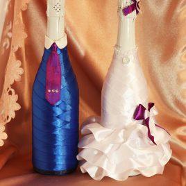 Свадебный наряд для бутылок синий костюм с фиолетовым бантиком
