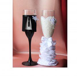 Свадебные бокалы Жених и невеста в пышном белом платье