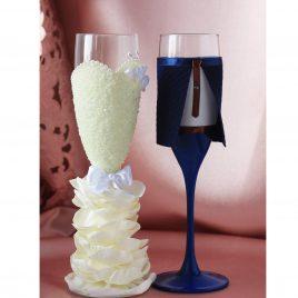 Свадебные бокалы Жених и невеста в пышном платье айвори с синим