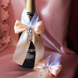 Украшения на бутылки Персик на белом с брошками