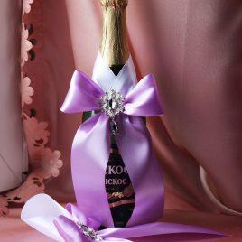 Украшения на бутылки Светло-фиолетовый на белом с брошками