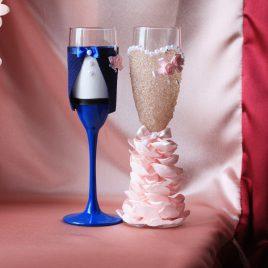 Свадебные бокалы Жених и невеста в пышном нежно-розовом платье