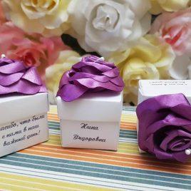 Бонбоньерка коробочка белая с фиолетовой розочкой №1