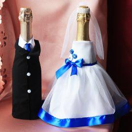 Одежда на бутылки Молодые с синим, галстук (съемная)