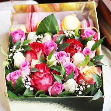 Коробка с живыми цветами и макарони 20*25 см