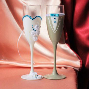 Свадебные бокалы Жених и невеста с бирюзой, бежевый костюм