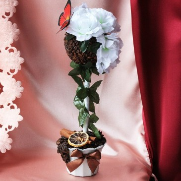 Кофейное дерево с белыми розами и лимончиком