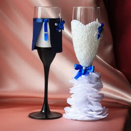 Свадебные бокалы Жених и невеста в пышном белом платье с чистым синим