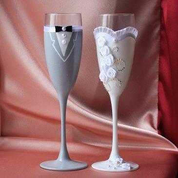 Свадебные бокалы Невеста и жених в сером