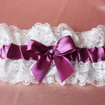 Свадебная подвязка Нежное кружево с фиолетовой лентой