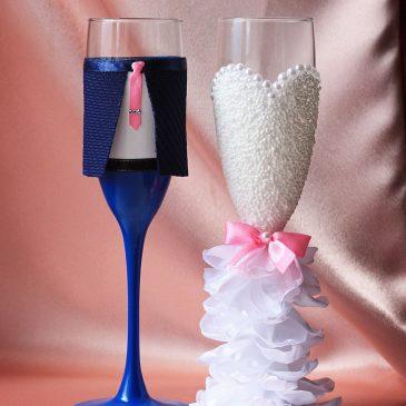 Свадебные бокалы Жених и невеста в пышном белом платье с розовым без бутоньерок
