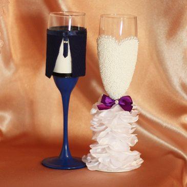 Свадебные бокалы Жених и невеста в пышном белом платье с фиолетовым без бутоньерок