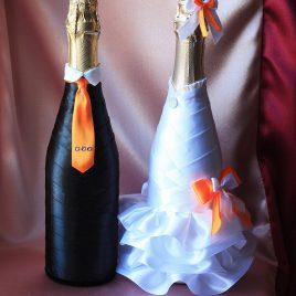 Свадебный наряд для бутылок с оранжевым бантиком