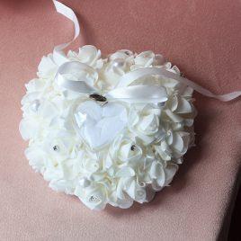 Подушка для колец Сердце в белых розах 22*24 см