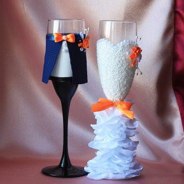 Свадебные бокалы Жених и невеста в пышном белом платье с оранжевым, бабочка
