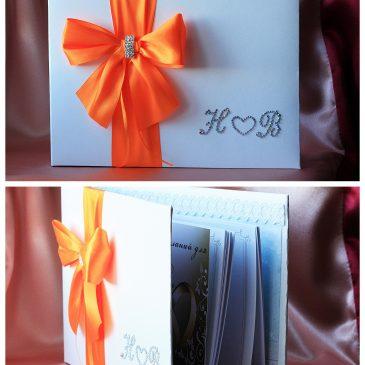 Альбом для пожеланий Бант сбоку оранжевый с инициалами