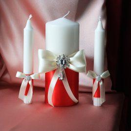 Свадебные свечи Айвори на красном с брошью без подсвечников