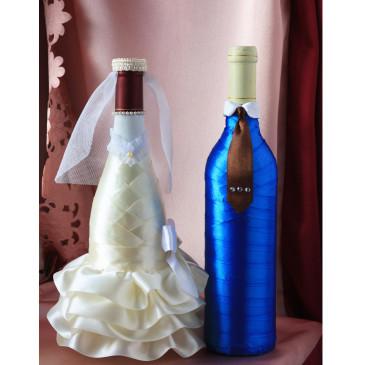 Свадебный наряд для бутылок синий костюм с коричневым галстуком, белый бантик
