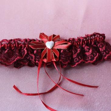 Свадебная подвязка красно-бордовая