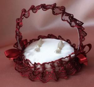 Подушечка для колец в виде корзинки красная