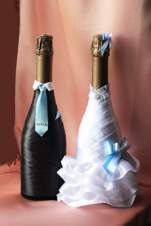 Свадебный наряд для бутылок с голубым бантиком