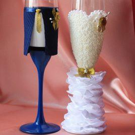 Свадебные бокалы Жених и невеста в пышном платье айвори с синим 3