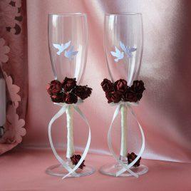 Свадебные бокалы бордо-айвори с голубями