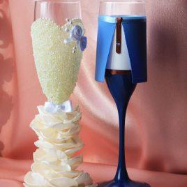 Свадебные бокалы Жених и невеста в пышном платье айвори с синим 2