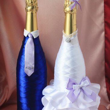 Свадебный наряд для бутылок синий, со светло-сиреневым бантиком