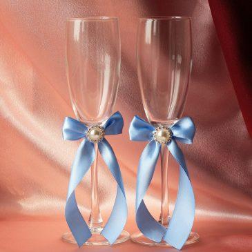 Скромная пара голубая с брошью
